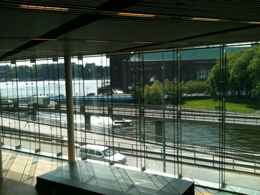 Zicht op Stadhuis Stockholm vanuit congrescentrum Waterfront
