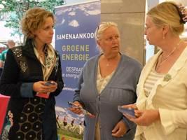 """Gedeputeerde Verhaert deelt (chocolade) euro's uit in Wijnegem onder het motto: """"Te veel betaald voor je energiefactuur? Kom hier je geld terughalen!"""""""