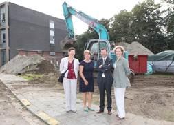Inga Verhaert en de directie van PIVA en CVO zijn verheugd met het bouwproject